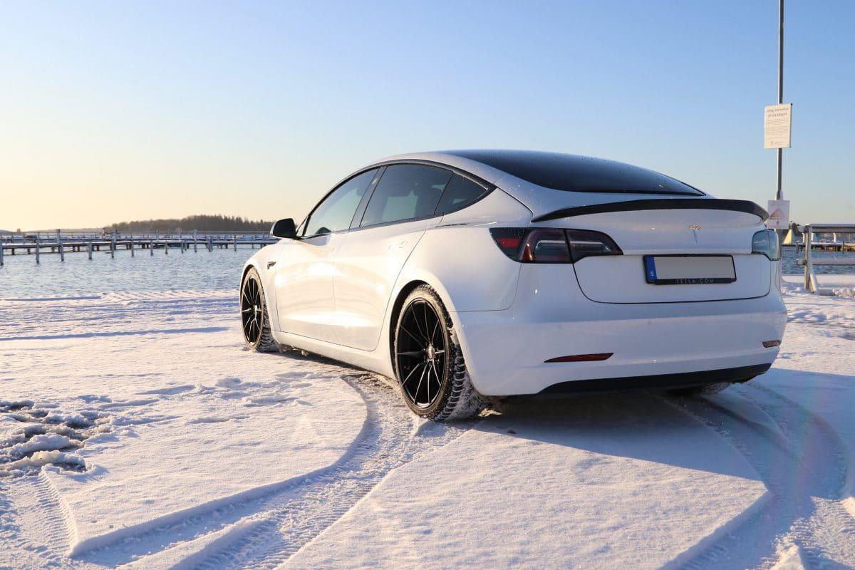 tesla model 3 snow